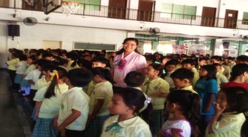 """Gli alunni della """"Madre Maria Pia Notari School"""" di Manila tornano in classe."""